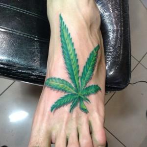25 tatuaży inspirowanych marihuaną, jamaica.com.pl